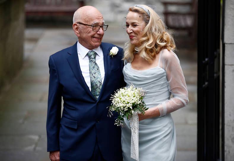 В 2016 году Руперт Мердок женился на бывшей супермодели Джерри Холл. Для 84-летнего медиамагната эта свадьба стала четвертой по счету. Мердок — отец шестерых детей от предыдущих браков, а Холл воспитывает четырех детей от музыканта Мика Джаггера