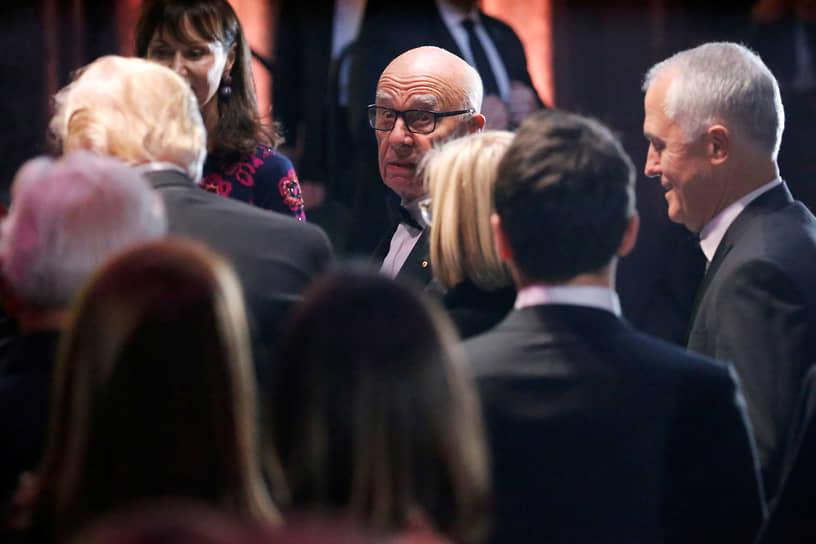 В 2019 году Disney закрыла сделку по покупке активов компании Руперта Мердока 21st Century Fox за $71 млрд. В настоящее время магнат остается председателем правления медиахолдингов News Corp и Fox Corporation, учрежденного после продажи 21st Century Fox. По данным на март 2021 года, Forbes оценивает личное состояние Руперта Мердока в $24 млрд<br> На фото: c 45-м президентом США Дональдом Трампом (слева) и бывшим премьер-министром Австралии Малкольмом Тернбуллом (справа)