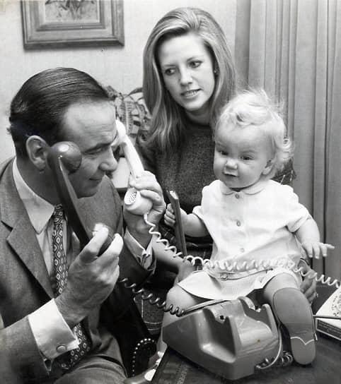 Первой женой Руперта Мердока в 1956 году стала стюардесса Патриция Букер. В 1967-м они развелись и бизнесмен женился на журналистке Анне Торв (на фото), с которой познакомился во время интервью. За 32 года в браке у пары родились трое детей. После развода в 1999 году суд обязал Мердока выплатить бывшей супруге $1,7 млрд