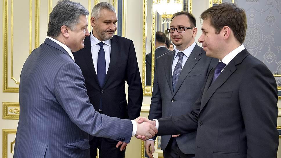 Слева направо: президент Украины Петр Порошенко, адвокаты Марк Фейгин, Николай Полозов и Илья Новиков