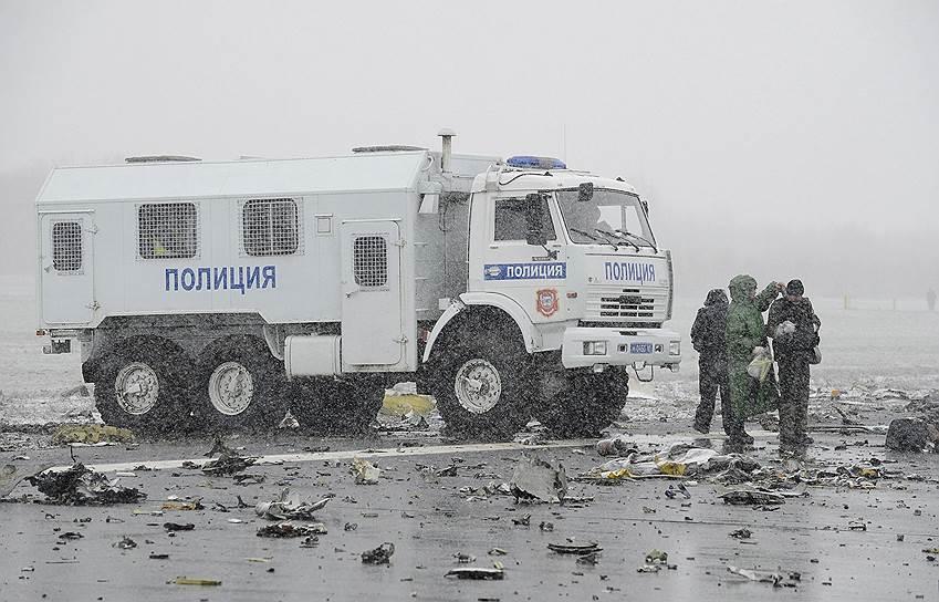 Сотрудники полиции на месте крушения самолета Boeing 737-800 авиакомпании flydubai