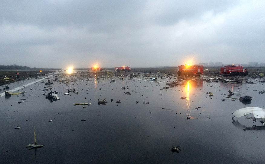 Обломки самолета Boeing 737-800 авиакомпании flydubai, который разбился под Ростовом-на-Дону, выполняя рейс FZ981