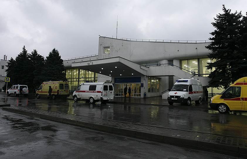 Автомобили скорой помощи возле здания аэровокзала