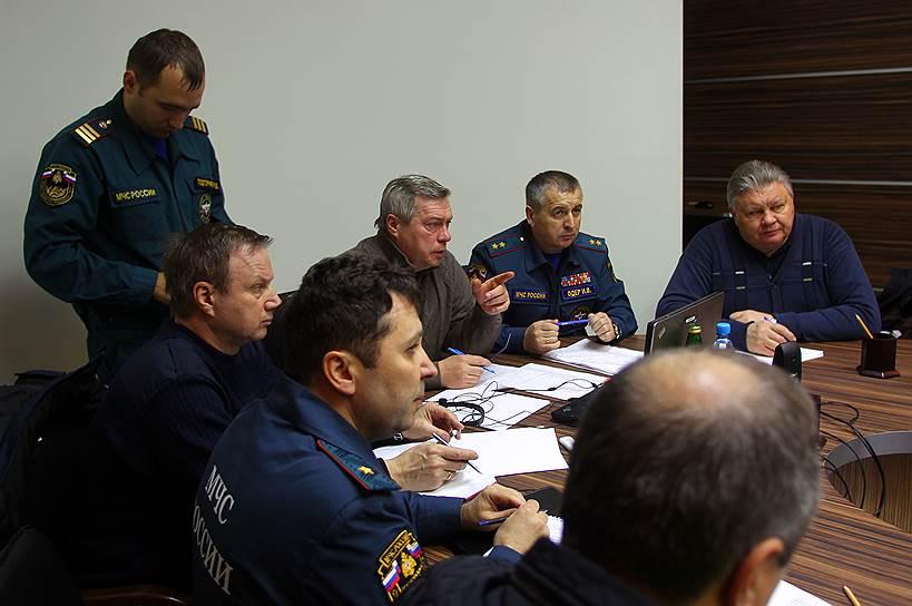 Совещание в аэропорту под руководством губернатора Ростовской области Василия Голубева