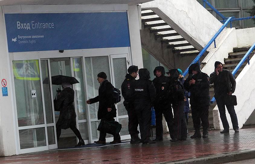 Сотрудники полиции возле здания ростовского аэропорта