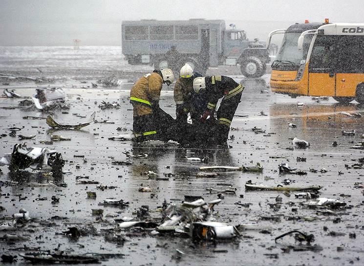 Сотрудники полиции и экстренных служб работают на месте трагедии