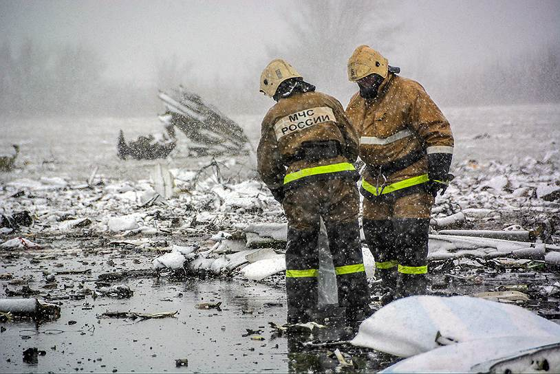 Сотрудники МЧС России на месте катастрофы