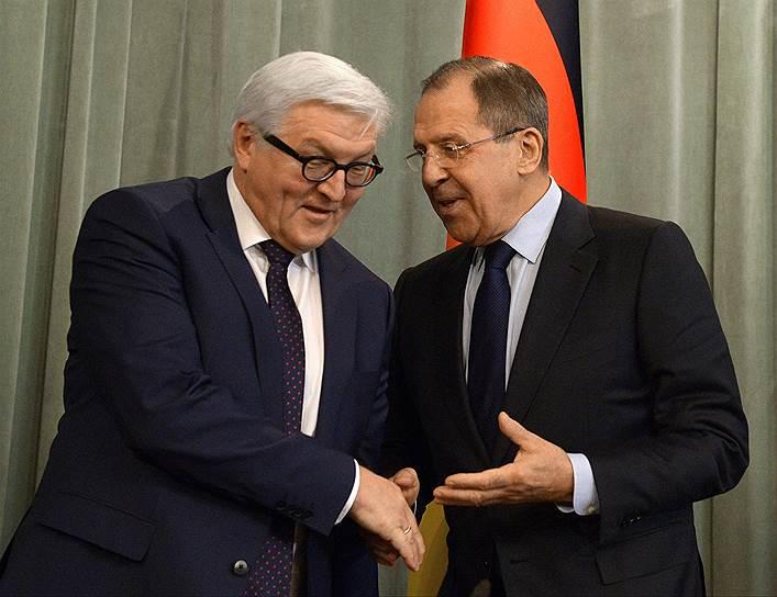 Министр иностранных дел Германии Франк-Вальтер Штайнмайер (слева) и министр иностранных дел России Сергей Лавров