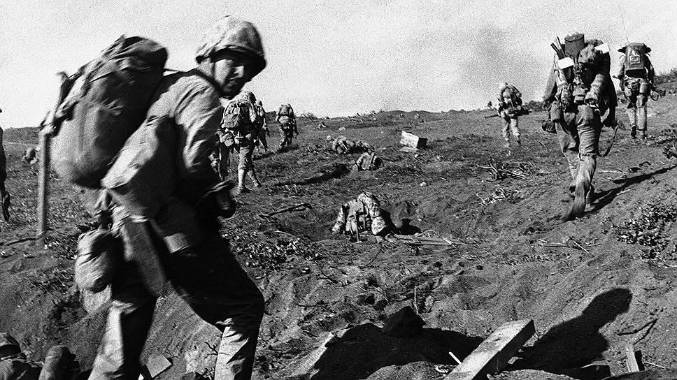 В 1945 году Вторая мировая война плавно подходила к концу — союзники высадились в Нормандии, советская армия проводила успешное контрнаступление. Однако пока удавалось одерживать победы над немецкими войсками в Европе, на Тихоокеанском театре военных действий у США были не такие стремительные успехи. Битва за остров Иводзима стала решающей в этом противостоянии