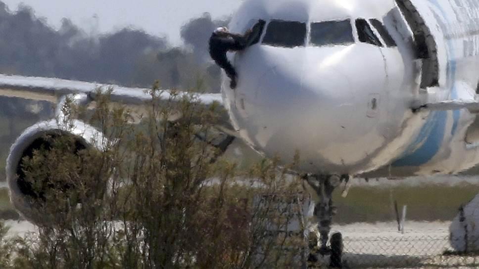 Угонщик самолета EgyptAir сдался