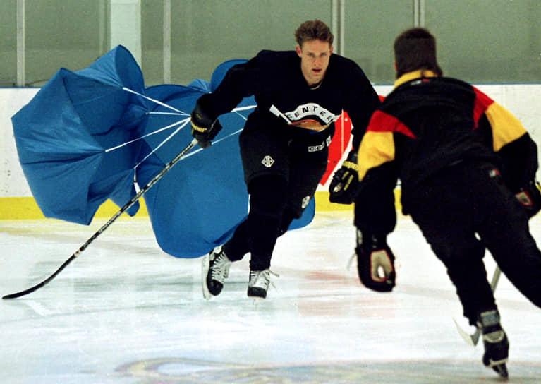 Свою карьеру в НХЛ Павел Буре начал в «Ванкувер Канакс». В первом сезоне за этот клуб в 1992 году россиянин был признан лучшим новичком НХЛ, получив приз Calder Trophy. Именно с «Ванкувером» хоккеист был очень близок к завоеванию главного трофея — Кубка Стэнли, который он так и не выиграл. В 1994 году «Канакс» в решающем седьмом матче финальной серии уступил «Нью-Йорк Рейнджерс»