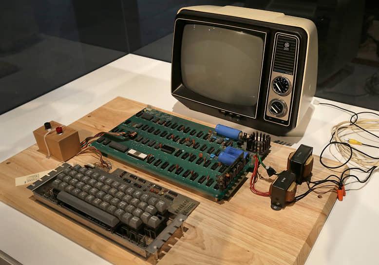 «Нас было только двое — Возняк и я. Мы были и производственным департаментом, и службой доставки, буквально всем сразу» <br>Компания под названием Apple Computer была зарегистрирована 1 апреля 1976 года. Первым рабочим местом фирмы стал гараж, принадлежавший приемным родителям Джобса. Там молодые люди с утра до ночи трудились над созданием персонального компьютера, который был выпущен в том же году и получил название Apple I (на фото). Он представлял собой плату, к которой отдельно подключались питание, монитор и клавиатура