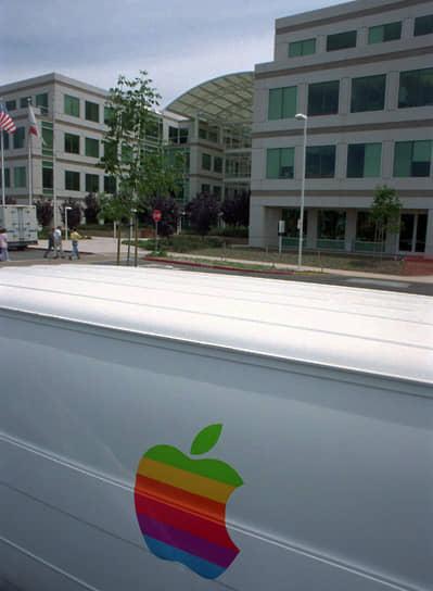 Первый логотип — изображение сидящего под яблоней Исаака Ньютона — придумал Рональд Уэйн, который также считается одним из основателей компании. Впрочем, через полторы недели после регистрации Apple он продал свою долю. Через год дизайнер Роб Янов придумал другой символ — надкушенное яблоко. В свою очередь, Джобс настоял на том, чтобы логотип был разноцветным как символ толерантности и взаимопонимания