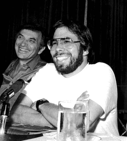 В 1977 году в продажу поступил Apple II, завоевавший невероятную популярность: всего было произведено более 5 млн экземпляров компьютера. К 1980 году штат Apple Computer насчитывал несколько сотен человек, а ее продукция экспортировалась за рубеж