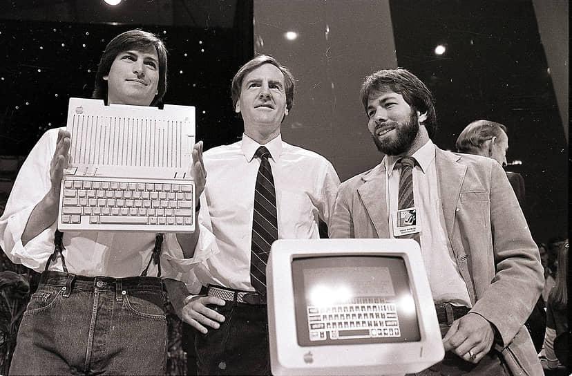 После ухода Стива Возняка (справа) из Apple в 1981 году Джобс (слева) стал приглашать в компанию опытных менеджеров. В 1983 году генеральным директором Apple стал президент Pepsi Co. Джон Скалли (в центре). Джобс сумел убедить его поменять место работы, задав следующий вопрос: «Хотите ли вы продавать сладкую воду до конца своей жизни или вы хотите изменить мир?»