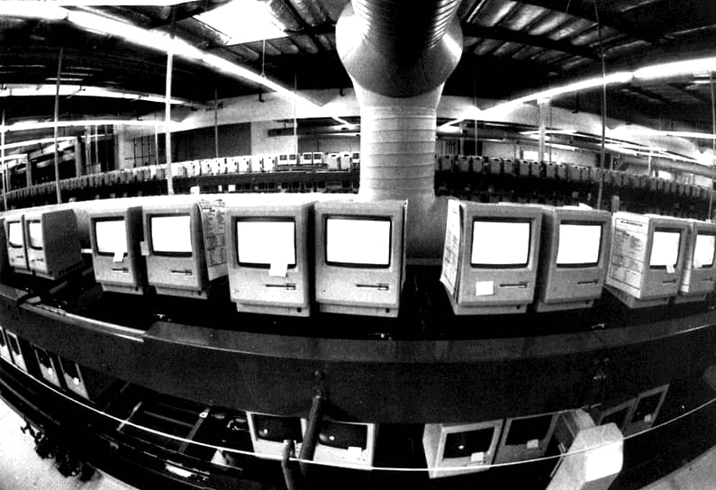 В 1985 году после коммерческого провала Apple III в совете директоров компании возникли разногласия, в результате которых Стив Джобс был практически отстранен от управления. Это вынудило его в скором времени покинуть компанию