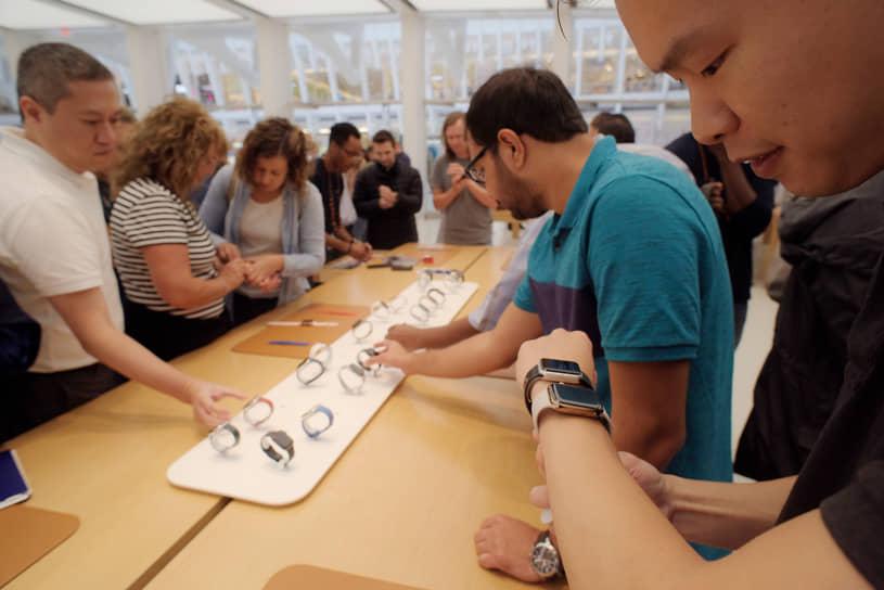 В 2014 году Apple вышла на рынок «умных» часов с Apple Watch. Устройство может работать в паре как с iPhone, так и с iPad
