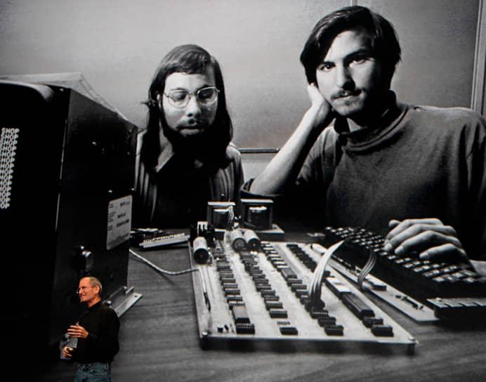 """Стивен Возняк (слева) о Джобсе: «У него в голове постоянно формировались идеи новых технологий и так детально — считай, готовый продукт. Он говорил: """"Это возможно сделать? Ну когда-нибудь?"""". И мы все это воплотили в реальность» <br>К 1977 году при финансовой поддержке бывшего администратора Intel Майка Маркуллы, который вложил в компанию $250 тыс., взамен получив 30% акций, Apple превратилась в корпорацию"""