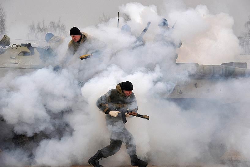 Нацгвардия будет контролировать оборот оружия вместо МВД <br>На фото: показательные выступления отряда ОМОН «Зубр» в Щелково
