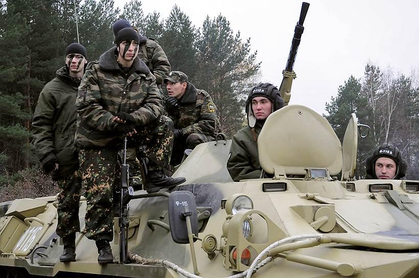 На вооружении внутренних войск находятся 9 основных боевых танков, 1650 БМП-1, БМП-2 и БТР-80, 35 артиллерийских установок