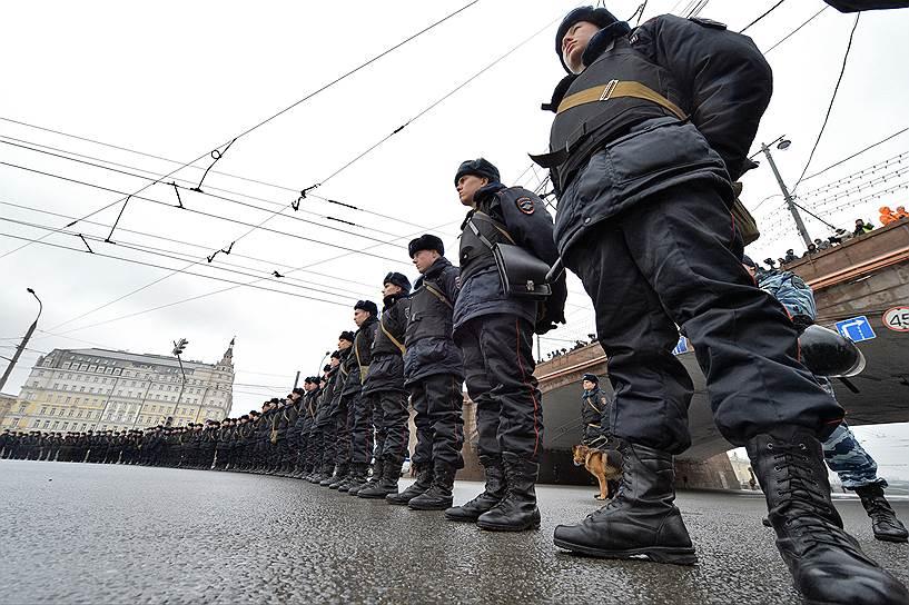 В соответствии с документом, Национальная гвардия создается на базе внутренних войск МВД и находится в подчинении непосредственно главы государства
