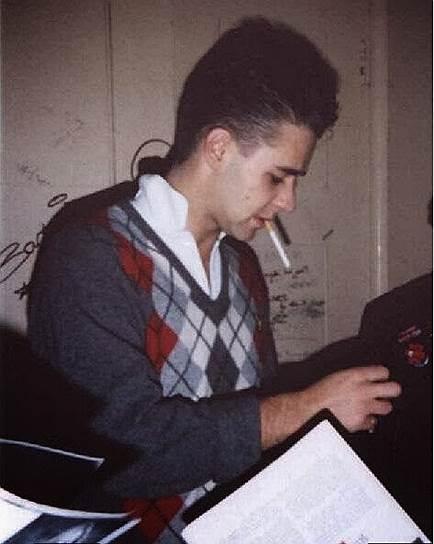 В молодости Рассел Кроу увлекался музыкой и участвовал в рок-группе, однако ни известности, ни денег она ему не принесла. Зарабатывать приходилось другими способами: он работал официантом, уборщиком, уличным актером, параллельно посещая всевозможные кинопробы. Несмотря на отсутствие профильного образования, в конечном счете удача все-таки улыбнулась Кроу, и его пригласили на роль в сериале «Соседи»