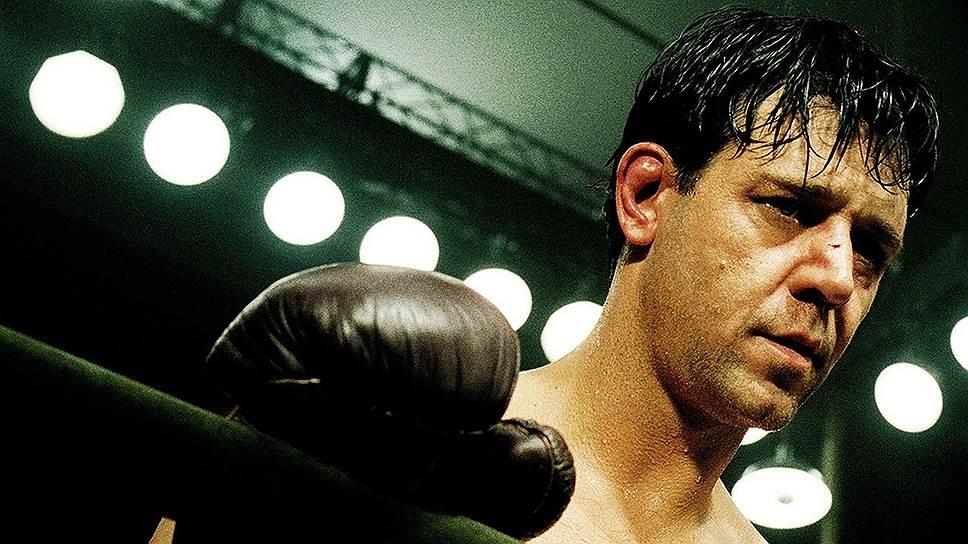 В середине 2000-х Рассел Кроу снимался не очень много, однако почти каждый фильм с его участием имел успех. В 2005 году он вновь сыграл у Рона Хоуарда в боксерской драме «Нокдаун» (кадр на фото). Год спустя появился у Ридли Скотта в картине «Хороший год», в 2007-м — в вестерне Джеймса Мэнголда «Поезд на Юму»
