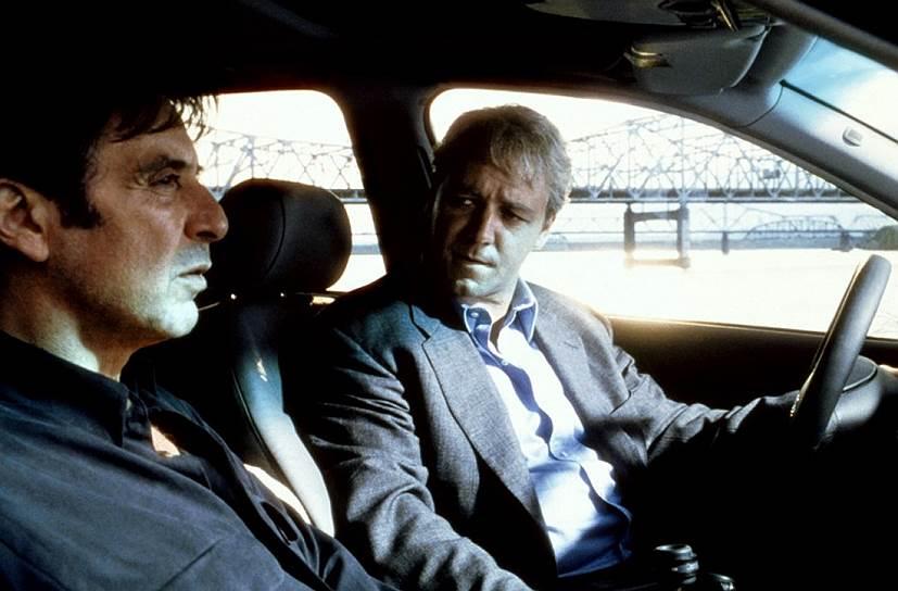 В большом кино Рассел Кроу дебютировал в 1990 году, снявшись в фильмах «Кровавая клятва» и «Перекресток». А через два года к нему пришла известность благодаря роли скинхеда Хэндо в картине «Бритоголовые» Джеффри Райта. Актер был удостоен национальной кинопремии, а сам фильм стал одним из самых кассовых проектов года в Австралии. Следующую награду Рассел Кроу получил в 1999 году, снявшись вместе с Аль Пачино в картине «Свой человек» (кадр из фильма на фото). Актер был номинирован на «Оскара» и «Золотой глобус»