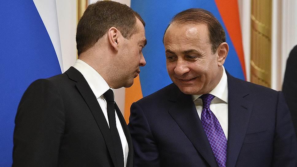 Председатель правительства России Дмитрий Медведев (слева) и премьер-министр Армении Овик Абраамян (справа)