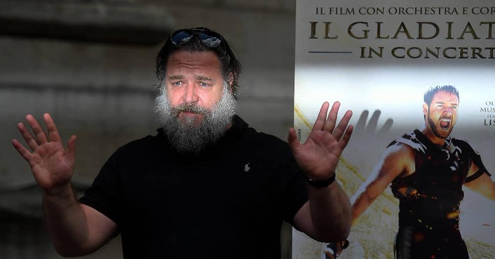 В 2019 году актер появился в одной из главных ролей минисериала «Самый громкий голос», основанного на истории генерального директора телеканала Fox News Роджера Айлза<br> На фото: актер рядом с постером к благотворительному показу фильма «Гладиатор» в Риме