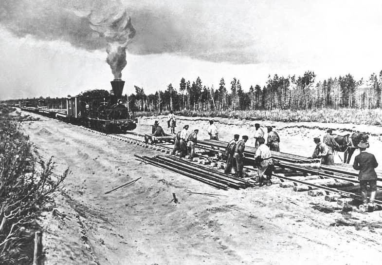 Строительство железнодорожной магистрали началось одновременно как со стороны европейской части России, так и от Владивостока. Дорогу прокладывали по малозаселенной местности, в непроходимой тайге. Рабочим приходилось пересекать многочисленные сибирские реки, озера и болотистую местность
