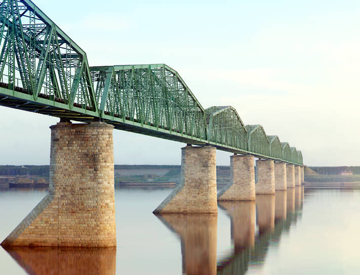 В годы Великой Отечественной войны Транссибирскую магистраль использовали для перевозки воинских эшелонов и грузов, а также  эвакуации населения и предприятий из оккупированных районов. В послевоенные годы Транссиб активно строился и модернизировался <br>На фото: железнодорожный мост через реку Каму около Перми