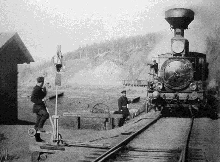 21 октября 1901 года началось движение поездов по Транссибирской железной дороге. Несмотря на то, что многие мосты и инженерные сооружения не были к этому времени достроены, началась перевозка пассажиров, почты и грузов <br>На фото: станция Хилок в Читинской области, 1903 год