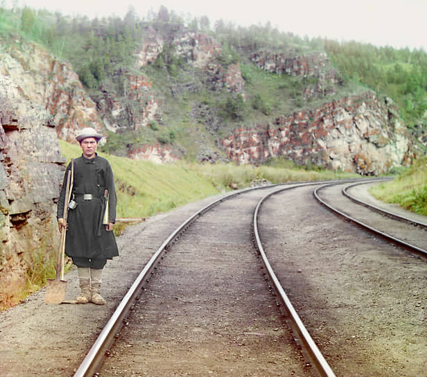 Самая длинная в мире магистраль, в строительстве которой ежегодно принимали участие 60-80 тыс. рабочих, стала локомотивом экономического развития Сибири и Дальнего Востока <br>На фото: стрелочник недалеко от Усть-Катава в Челябинской области, 1910-е годы