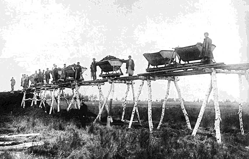 Первая российская железная дорога, соединившая  Санкт-Петербург и Царское село, появилась в 1838 году, а к концу XIX века железнодорожная сеть России составляла уже 50 тыс. км. После освоения европейской части страны возникла необходимость в организации пути, который бы связал центральную часть Российской империи с Сибирью