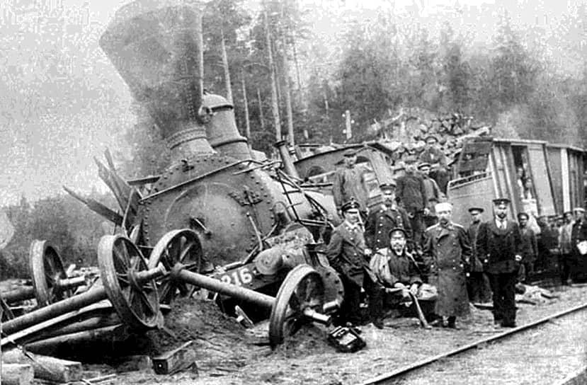 По предварительным расчетам, стоимость Транссиба  должна была составить 350 млн руб. золотом, что было огромной суммой по тем временам. Однако уже в первые годы строительства сметы стали неуклонно расти. Чиновники объясняли это сжатыми сроками строительства и другими обстоятельствами <br>На фото: крушение поезда на Транссибе в Красноярском крае, 1899 год