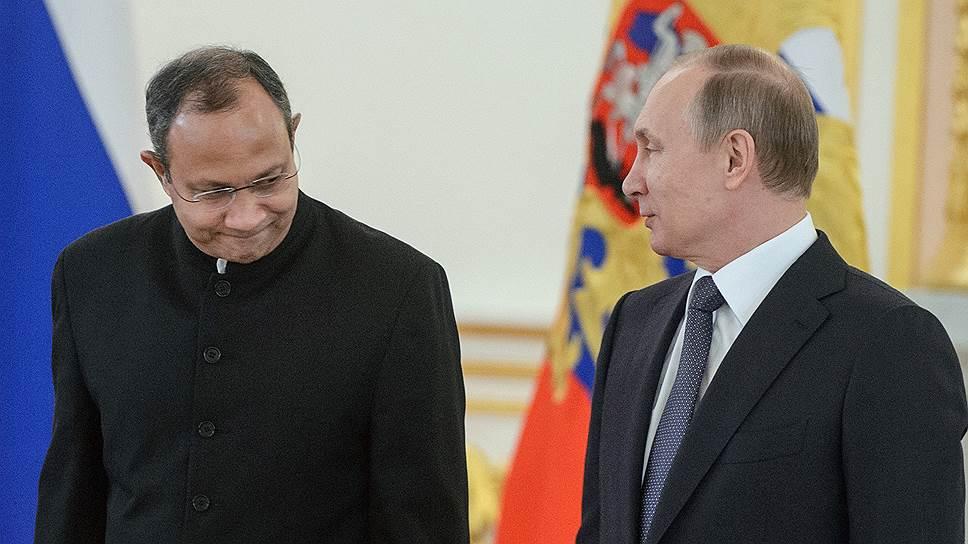 Чрезвычайный и полномочный посол Индии в России Панкадж Саран и президент России Владимир Путин