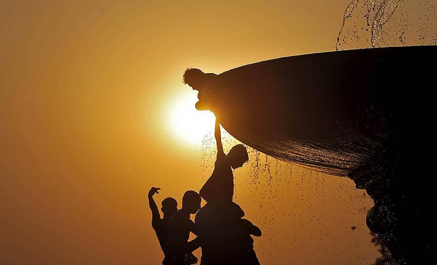 Нью-Дели, Индия. Дети, играющие в фонтане