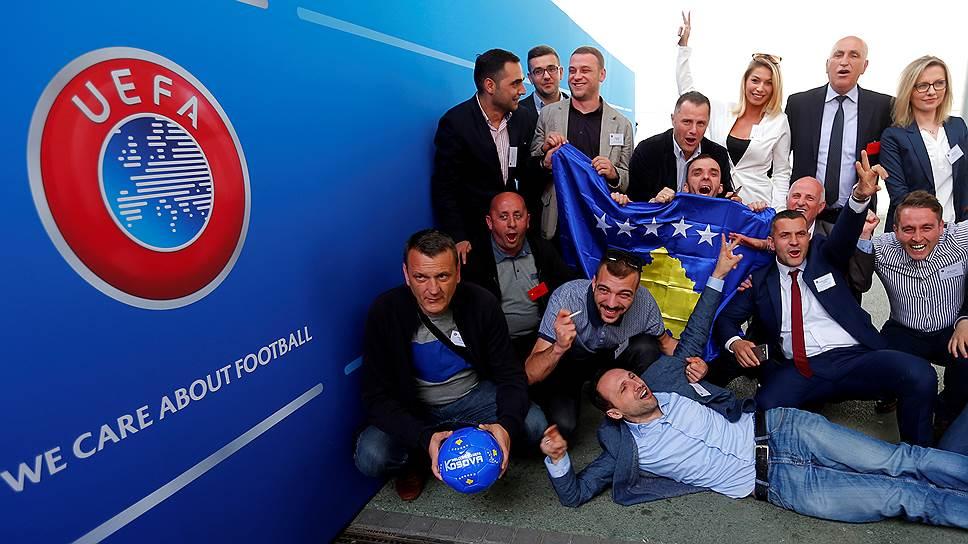 Члены Федерации футбола Косово празднуют принятие страны в UEFA
