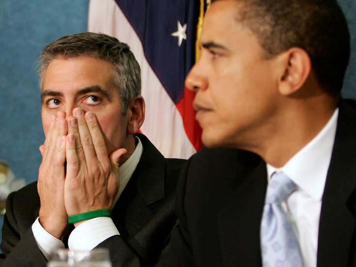 «Если бы я был президентом? В первую очередь я попытался бы покончить с нефтяной проблемой. Почему нет? Через 10 лет мы должны отказаться от машин с двигателями внутреннего сгорания. Когда-то нам все равно придется это сделать, потому что запасы нефти не бесконечны. Так зачем тянуть?» <br> Актер уделяет много времени гуманитарной работе. В 2006 году Джордж Клуни ездил в Судан вместе со своим отцом в составе телевизионной бригады, снимающей документальный фильм о бедственном положении местных жителей. По возвращении актер встретился с членами Конгресса, в том числе с будущим президентом США Бараком Обамой (справа)
