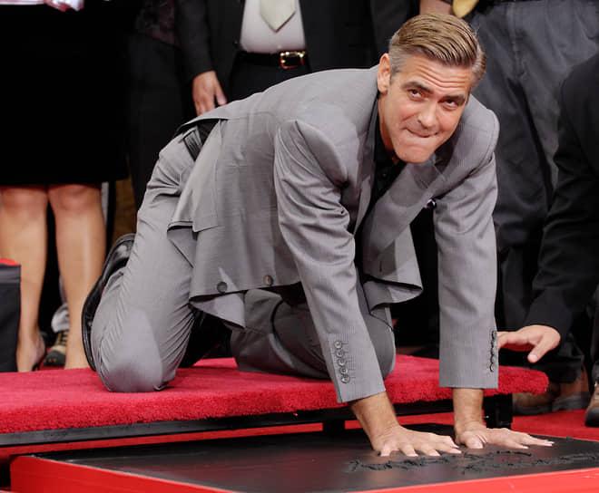 С тех пор актер три раза номинировался на «Оскар» за лучшую мужскую роль — в 2008, 2010 и 2012 годах — однако так и не получил награду<br> На фото: Джордж Клуни оставляет отпечатки рук на Аллее славы в Лос-Анджелесе