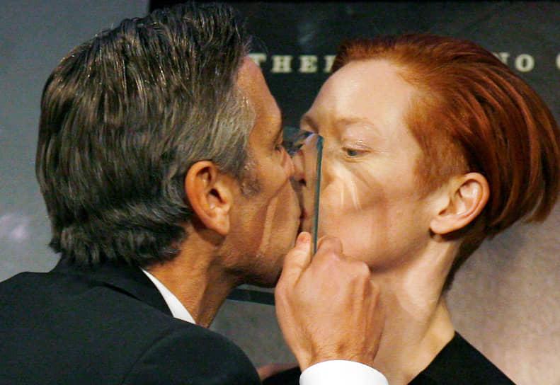 «Я знаю, что делать с папарацци. Я буду каждую ночь в течении трех месяцев проводить с известной актрисой: одну ночь с Холли Берри, одну с Сальмой Хайек, потом прогуляюсь по пляжу, держась за руки с Леонардо Ди Каприо… Так я сведу их с ума» <br> На фото: с актрисой Тильдой Суинтон
