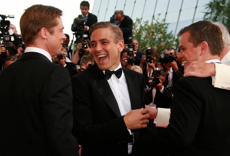«Самое лучшее, что есть в моей жизни, — это друзья, которых я считаю своей настоящей семьей вот уже двадцать пять лет. Это все те же ребята, которые ничего не спускают мне с рук, и я им отвечаю взаимностью» <br> Слева направо: Брэд Питт, Джордж Клуни и Мэтт Деймон