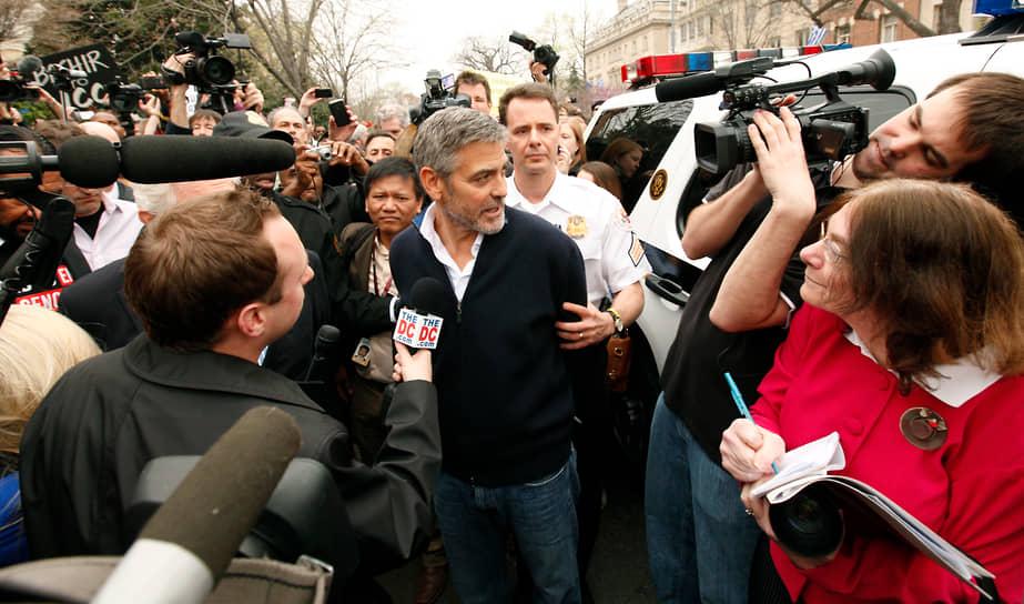В 2012 году Джордж Клуни был арестован у посольства Судана в Вашингтоне во время акции против политики президента страны Омара аль-Башира. Главу Судана обвиняли в создании гуманитарного кризиса в стране и отказе в доставке продовольствия жителям юга страны, позже в 2019 году он был отстранен от власти и арестован. По словам Клуни, таким образом он пытался привлечь внимание к проблемам этой страны