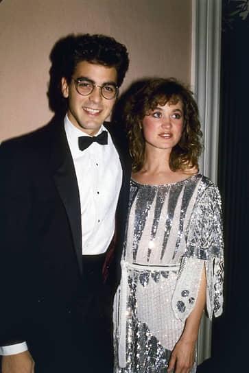 «Я не думаю, что мои романы отличаются от романов других мужчин. Они просто получают большую огласку и в несколько раз преувеличены»<br> В 1989 году Джордж Клуни женился на актрисе Талии Болсам. Брак продлился три года и был мучительным для обеих сторон: жена актера ревновала его, регулярно устраивала сцены. После развода Клуни дал обещание никогда больше не жениться. С тех пор за ним закрепилась слава «главного голливудского сердцееда»<br> На фото: с подругой Лорой Хьюз