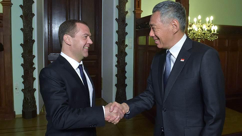 Премьер-министр России Дмитрий Медведев (слева) и премьер-министр Сингапура Ли Сянь Лун