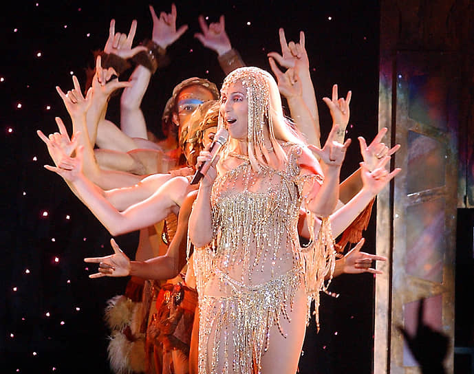 «Я не планирую бросать шоу-бизнес, но собираюсь завязать с турами, поскольку, знаете ли, повылезали все эти молоденькие девочки вроде Бритни и Джей Ло»<br> Единственную статуэтку «Грэмми» Шер получила в 1999 году за лучшую танцевальную запись «Believe». На ее счету также семь номинаций с 1965 по 2003 годы