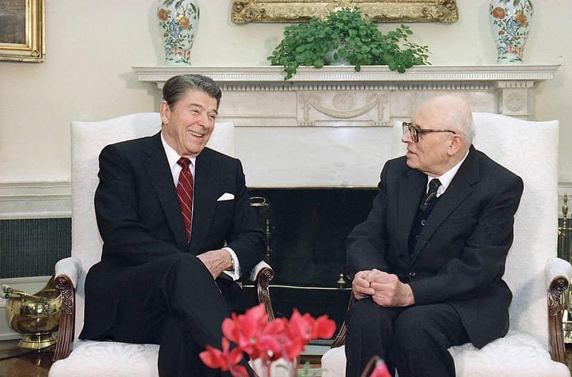 В конце 1988 года Андрей Сахаров совершил свою первую зарубежную поездку, в ходе которой встретился с президентами США Рональдом Рейганом (на фото слева) и Джорджем Бушем-старшим, а также главой Франции Франсуа Миттераном и премьер-министром Великобритании Маргарет Тэтчер. С 1988 года Европарламент вручает правозащитную премию «За свободу мысли» имени Сахарова