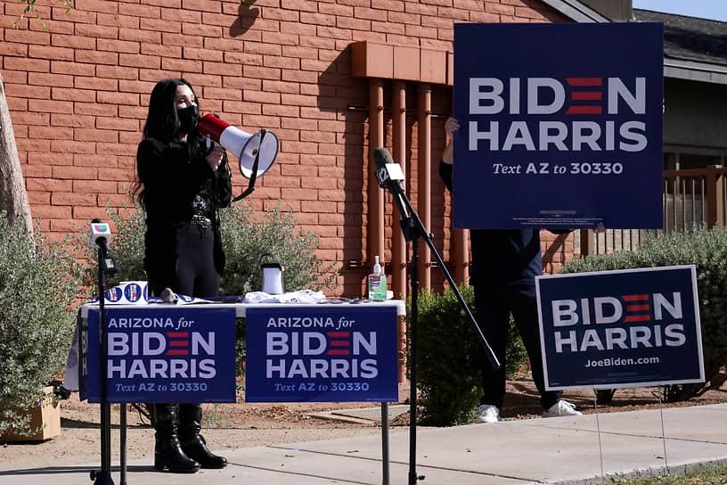 Шер активно участвовала в предвыборной кампании 46-го президента США Джо Байдена. Певица выступала с концертами в поддержку кандидата, собирала средства на работу штаба, агитировала у избирательных участков и даже выпустила клип «Счастье — это Джо»