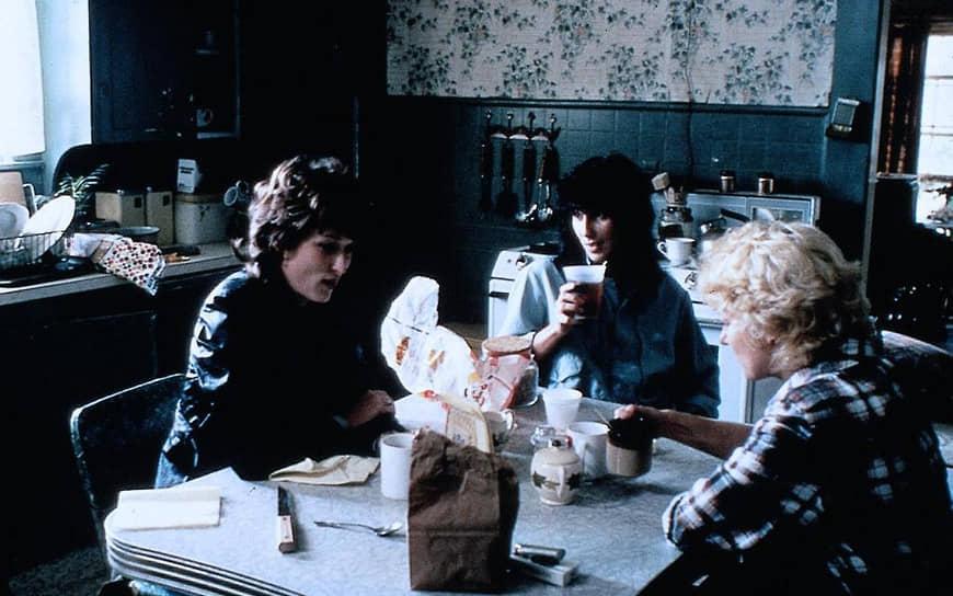 В 1982 году Шер дебютировала в бродвейской постановке Роберта Олтмена «Джимми Дин». Критики положительно оценили актерскую игру певицы, и вскоре режиссер Майк Николс предложил ей роль в фильме «Силквуд» (1983, кадр на фото). После выхода фильма Шер получила «Золотой глобус» за лучшую женскую роль второго плана и номинацию на «Оскар»